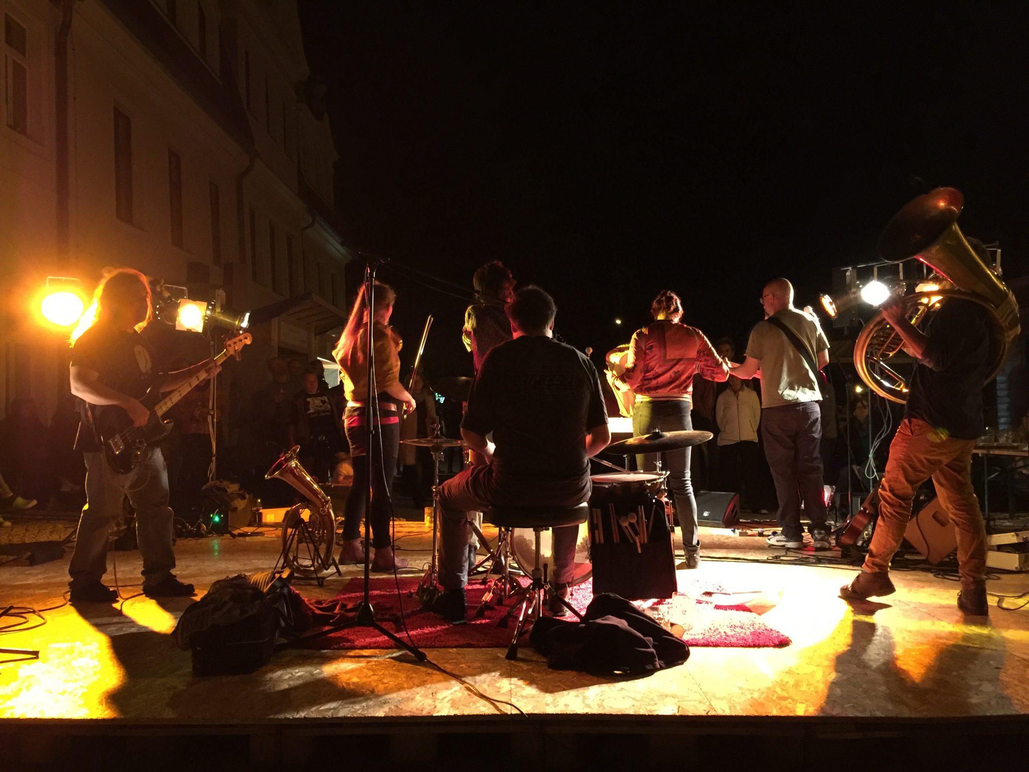 In die Nacht mit Seau Volant und Tanz