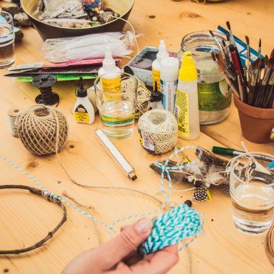 Nussketten basteln in der Kreativwerkstatt